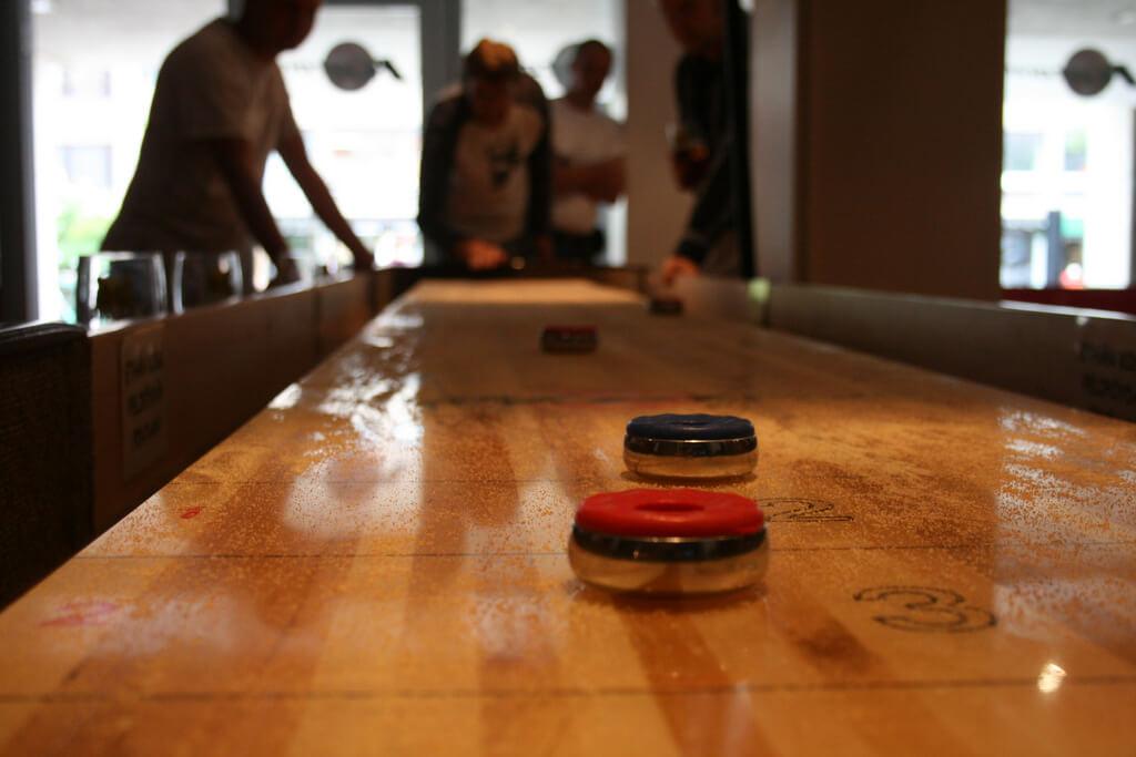 Shuffleboard in einer Bar